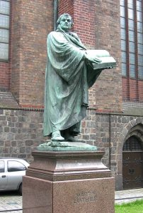 Statue_of_Martin_Luther,_St._Mary's_Church,_Mitte,_Berlin